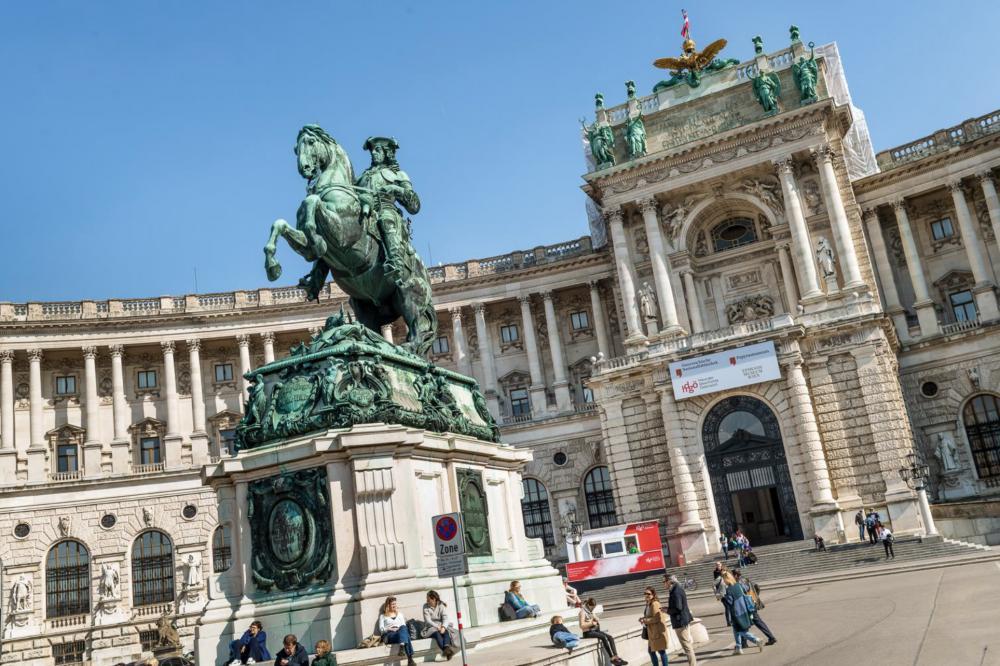 Eingangsportal Neue Burg und Prinz Eugen-Reiterstatue