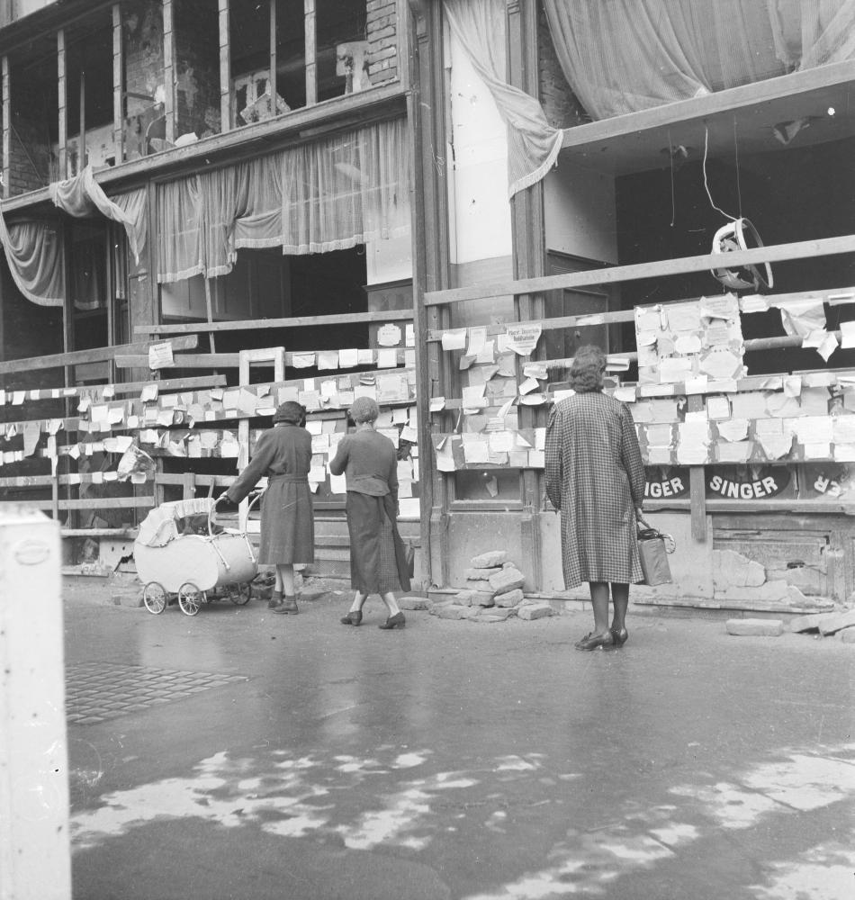 Mit Brettern vernagelte Auslagen ehemaliger Geschäfte und Lokale wurden zum Anbringen von Tauschangeboten und privaten Suchanzeigen verwendet.