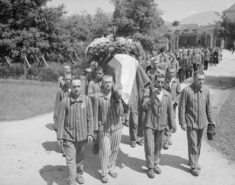 Am Begräbnis der kommunistischen Widerstandskämpferin Katharina Novotny nahmen VertreterInnen von KPÖ aber auch von SPÖ und ÖVP teil. Novotny war kurz nach der Befreiung aus der NS-Haft verstorben.
