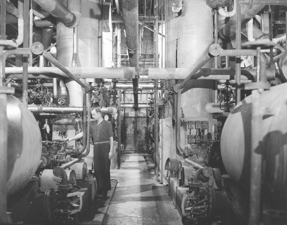 Innenansicht des Maschinenraums der unterirdischen Erdölraffinerie im ehemaligen KZ Ebensee. Die Anlage war von der Wehrmacht aus Port-Jérôme-sur-Seine am Ärmelkanal geraubt worden und wurde nach Kriegsende unter US-amerikanischer Verwaltung noch einige Jahre weiterbetrieben.
