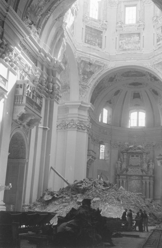 Um den Schutt möglichst schnell aus dem Salzburger Dom zu entfernen, wurden eigens Schienen für Förderwägen durch den Kirchenraum verlegt. Das Foto sollte den US-Erfolg beim raschen Wiederaufbau illustrieren.