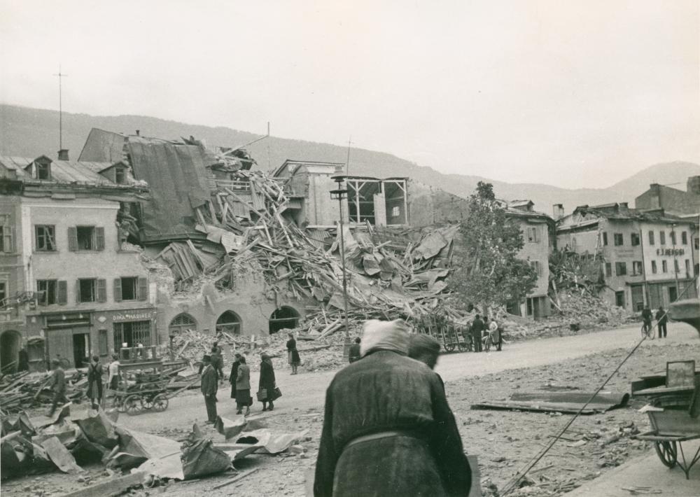 Aufräumungsarbeiten am Lienzer Hauptplatz nach den verheerenden US-Bombenangriffen am 19. und 26. April 1945.