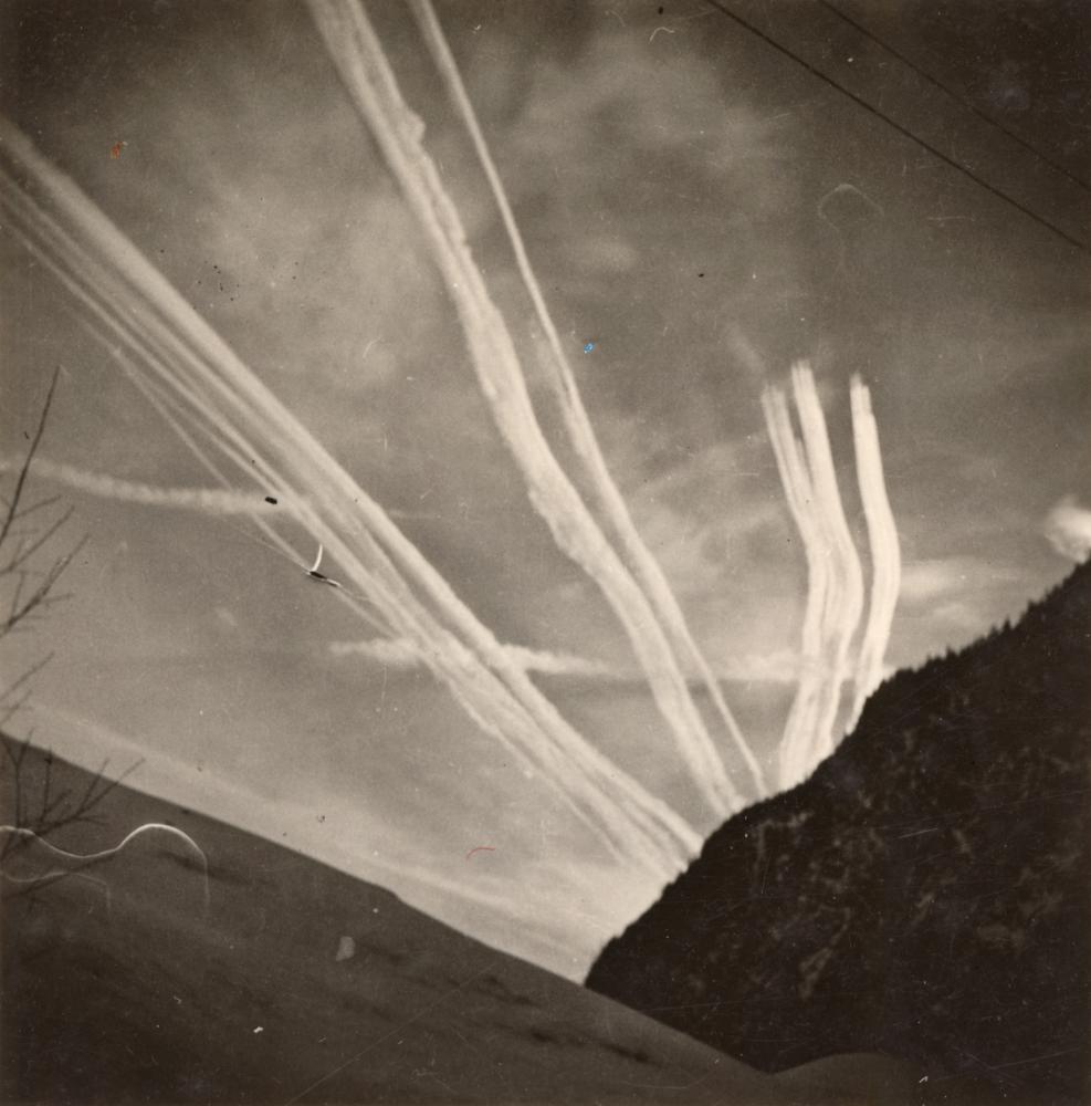 Flugzeuge wurden nicht nur als außergewöhnlich wahrgenommen, sondern vor allem als Bedrohung: Hier werden die Kondensstreifen von US-Bombern am Himmel festgehalten.