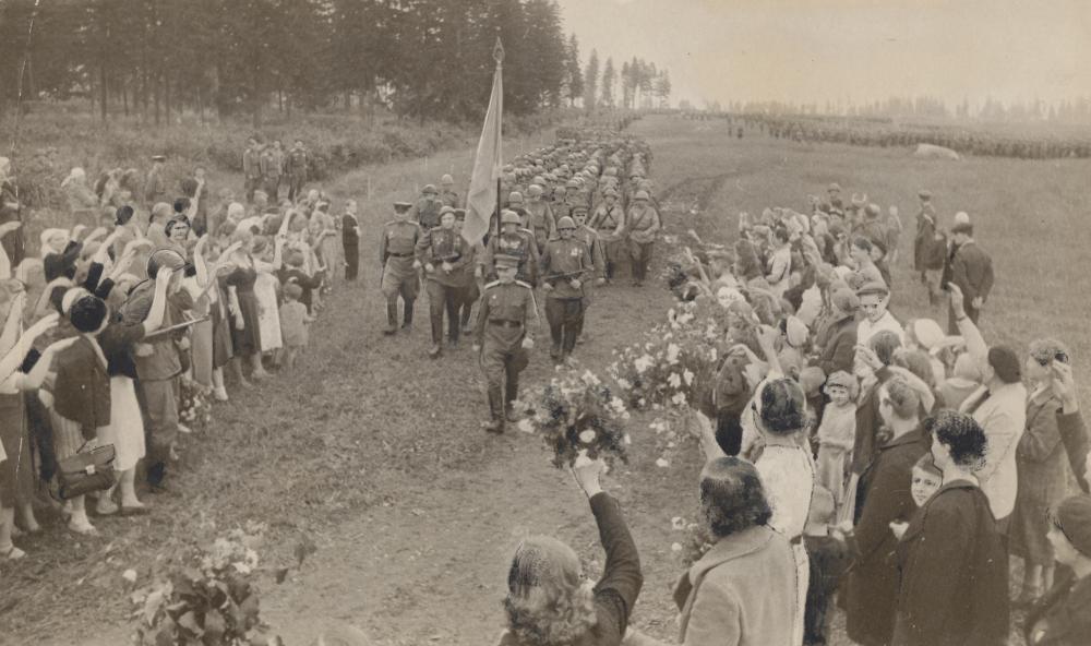 """Dieses Foto einer Parade wurde stark retuschiert in österreichischen Zeitungen abgedruckt, die sowjetisch kontrolliert waren – unter der Schlagzeile """"Sowjetland empfängt die Sieger""""."""