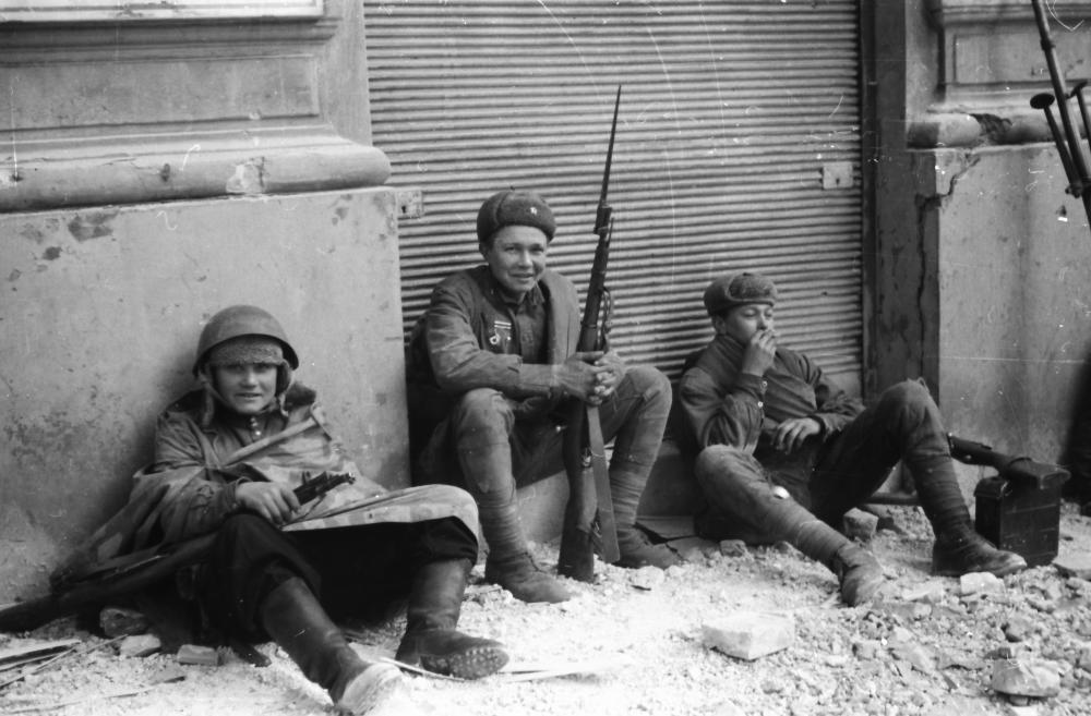 Diese privaten Aufnahmen zeigen nach Wehrmacht auch die sowjetischen Soldaten in einer Pause zwischen den Kämpfen um Wien. Die wohlwollende und einfühlende Perspektive widerspricht völlig dem Gräuelbild der NS-Propaganda.