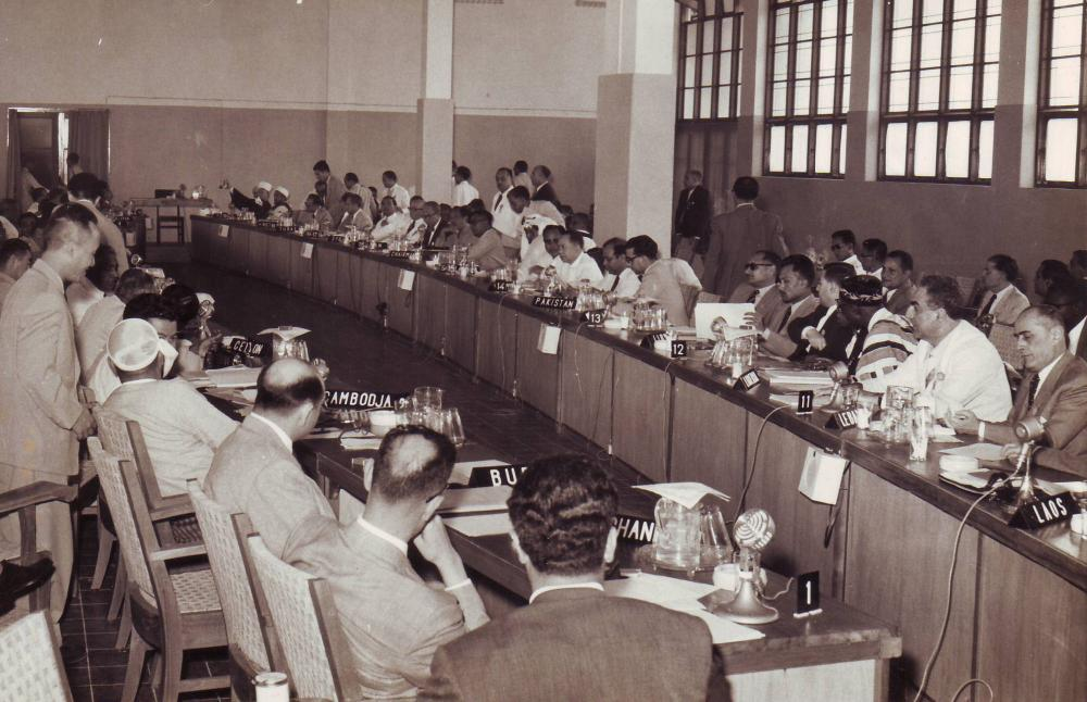 Delegierte bei einer Plenarsitzung des Wirtschaftsausschusses auf der Bandung-Konferenz 1955
