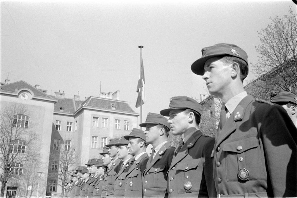 Österreichische UNO-Bundesheersoldaten bei einer Besichtigung durch Verteidigungsminister Georg Prader