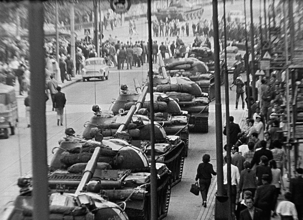 Sowjetische Panzer in den Straßen Prags