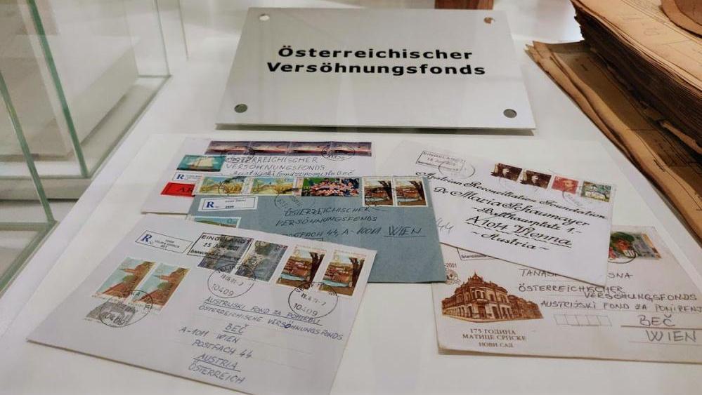 Österreich hatte sich nur zögerlich der Verantwortung gestellt, Opfer des Nationalsozialismus zu entschädigen, sei es bei der Rückgabe enteigneten Guts oder hinsichtlich entgangener Pensionszeiten. Das änderte sich nach der Waldheim-Affäre. In vielen Ländern kam gegen Ende des 20. Jahrhunderts die Aufarbeitung von Staatsverbrechen in Gang; auch Österreich schuf eine Historikerkommission. Die ÖVP-FPÖ-Regierung unter Wolfgang Schüssel beauftragte Maria Schaumayer, frühere Präsidentin der Oesterreichischen Nationalbank und weltweit erste Frau an der Spitze einer Notenbank, mit den Verhandlungen über Entschädigungszahlungen an NS-ZwangsarbeiterInnen und jüdische Opfer. Diese ermöglichten, unter anderem im Washingtoner Abkommen von 2001, eine Einigung mit Opfervertretungen und der US-Regierung.