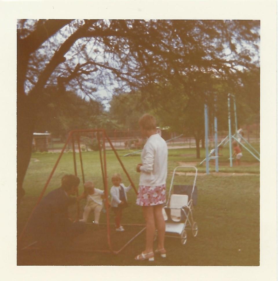 Familie Stangl auf einem Spielplatz