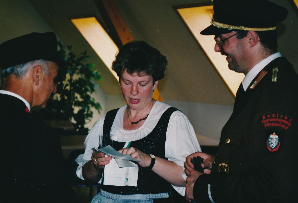 Waltraud Klasnic als Landesrätin bei einem Besuch einer Veranstaltung der Freiwilligen Feuerwehr, 1993