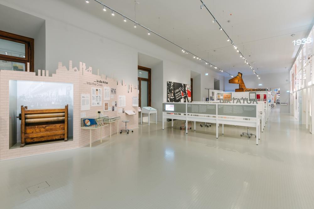 Ansicht Ausstellungsraum mit verschiedenen thematischen Abschnitten, wie etwa